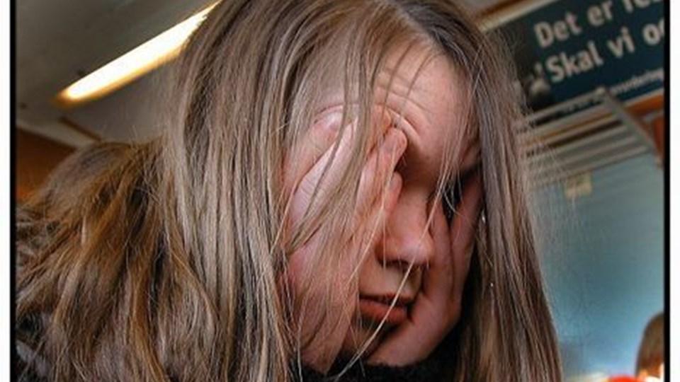 """MODELBILLED-- Generelt trives danske børn, men alligevel får de 0-15-årige ofte infektioner, ondt i maven eller hovedet. I løbet af en periode på kun to uger er hvert femte dreng eller pige under 16 år i Danmark blevet syg, og ofte må de blive hjemme. Det viser en ny rapport """"Danske børns sundhed og sygelighed"""", som Statens Institut for Folkesundheds ved Syddansk Universitet netop har gennemført. I løbet af en 14-dages-periode må hvert syvende barn blive hjemme fra daginstitution eller skole mindst en dag på grund af akut sygdom eller symptomer, og hvert fjerde barn må tage medicin. Årsagen er oftest forkølelse, mavesmerter eller hovedpine. Til gengæld er der færre børn med kroniske sygdomme. Analysen peger videre på, at børn fra dårligt stillede familier og børn fra familier med mange søskende dyrker mindre sport uden for skoletiden, hvilket påvirker deres fysiske og sociale trivsel. Ifølge analysen er der god grund til at reagere på den sociale slagside. Børn fra dårligt stillede kår"""