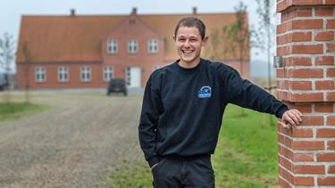 25-årige Alexander driver smedeværksted og kæmpe svinegård: - Jeg er ikke så god til at sidde stille