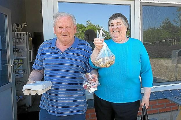 Erik Pedersen fra Nørresundby blev køber af de første Thy kartofler 2018.Foto: Ole Iversen
