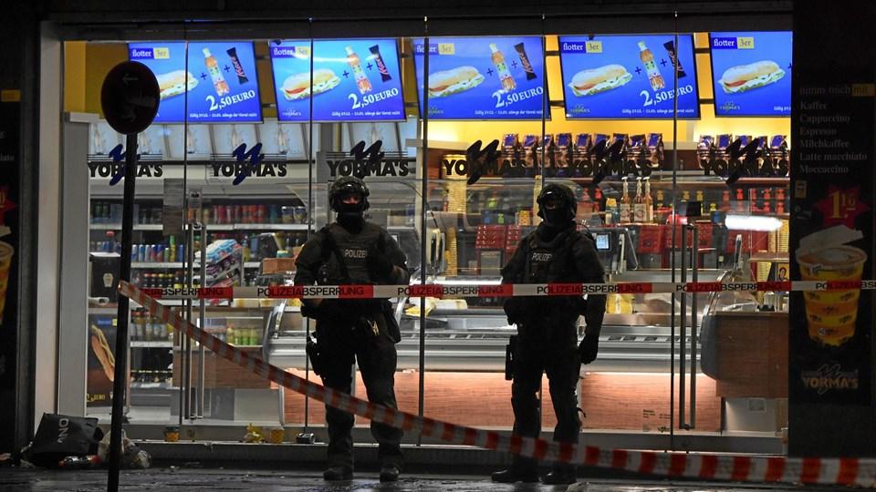 Politi bevogter indgangen til Central Station i München ovenpå terrortruslen. Foto: Scanpix