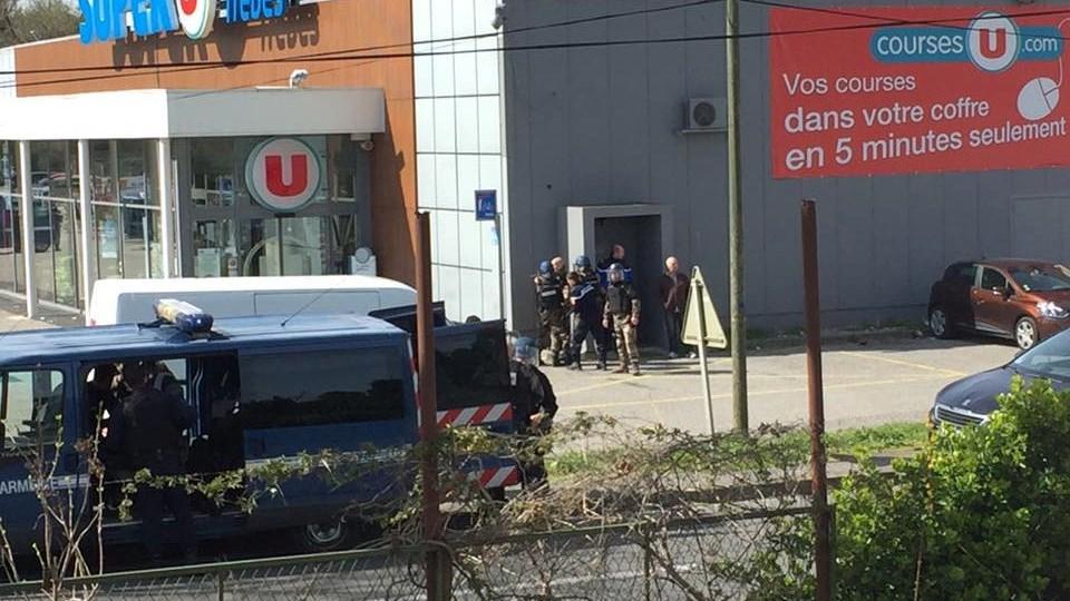 En fransk politimand har mistet livet, efter at han fredag blev skudt og stukket med kniv i forbindelse med en befrielsesaktion i et supermarked i den sydfranske by Trèbes. Foto: Reuters/privat