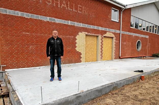 Centerleder Henrik Pedersen ved det, der skal blive det nye indgangsparti ved Dronninglund Hallerne. Foto: Jørgen Ingvardsen