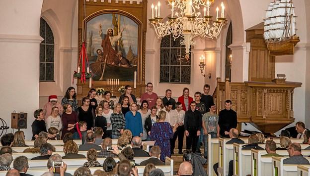Limfjordskolens kor sang moderne sange og julesange i Løgstør Kirke. Foto: Mogens Lynge