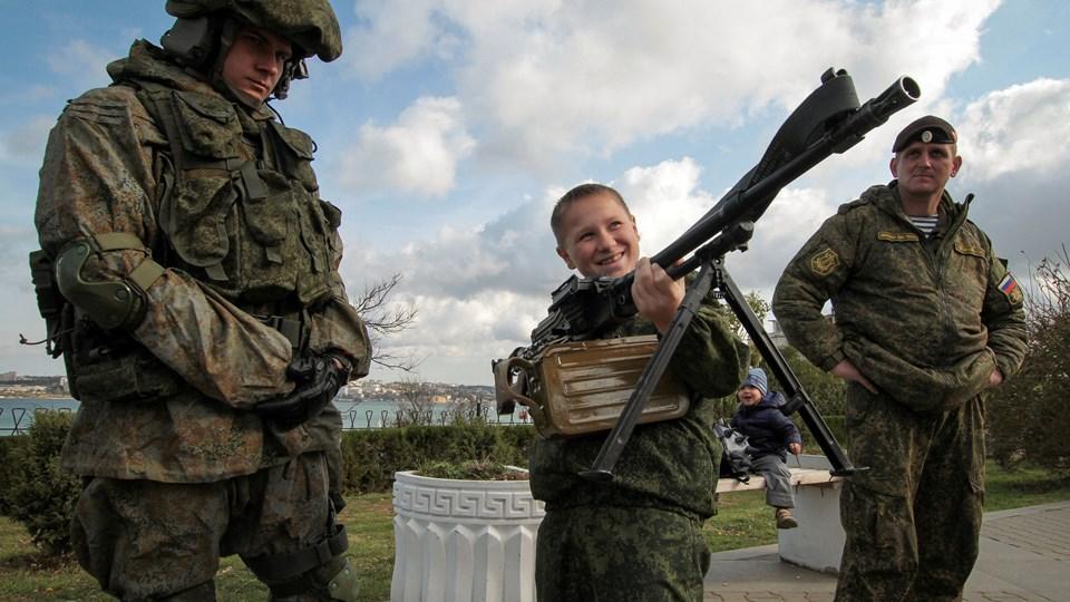 Russiske soldater på Krim demonstrerer et maskingevær på en spejderlejr i Sevastopol. USA forstærker torsdag sine sanktioner over for Rusland og russiske interesser i området.