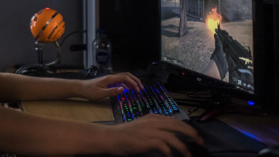 De såkaldte skins, man kan købe til våbnene i computerspillet Counter Strike, kan være flere tusinde kroner værd. Foto: Scanpix/Søren Bidstrup