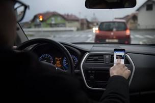 Sms'er under kørsel koster snart et klip i kørekortet