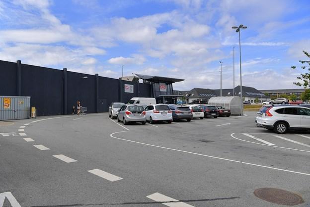 Bilisterne skal lige køre rundt om hjørnet til venstre ved indgangen til MENY, hvis de har et ærinde hos drive-in apoteket.