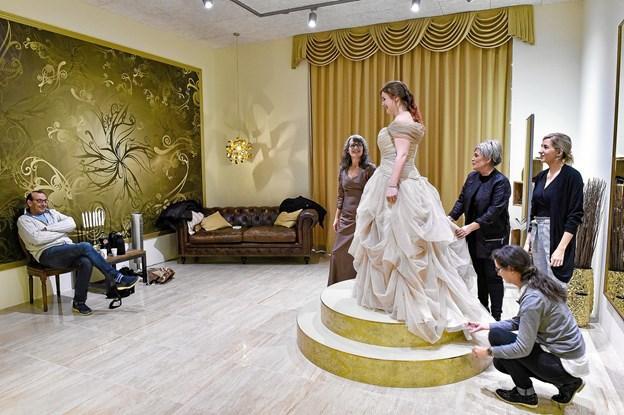 Far Tonny Nielsen er fulgt med kvinderne til Snedsted for at prøve kjolen den sidste gang. Til højre for bruden: Sanne Skaarup, Inge Dorthe Gråkjær (knælende) og Camilla Søgaard. Foto: Ole Iversen Ole Iversen