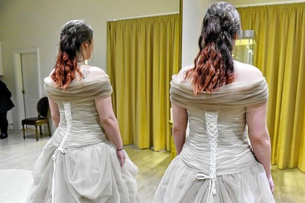 Detalje bag på kjolen - på victoriansk maner: corsage og stivere omkring livet. Foto: Ole Iversen Ole Iversen