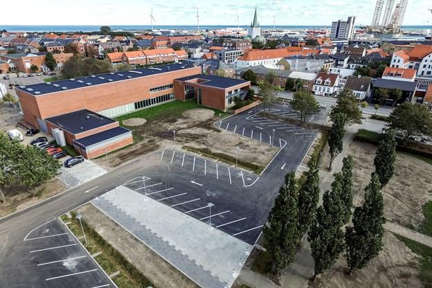 Den ny parkeringsplads bag Det Musiske Hus er nu færdig og åben fra i dag. Pladsen indeholder 10 pladser mere end den gamle plads langs Parallelvej, der nu sløjfes og lægges til parken. Der er ensrettet med indkørsel fra Parallelvej og udkørsel på Rådhus Allé.