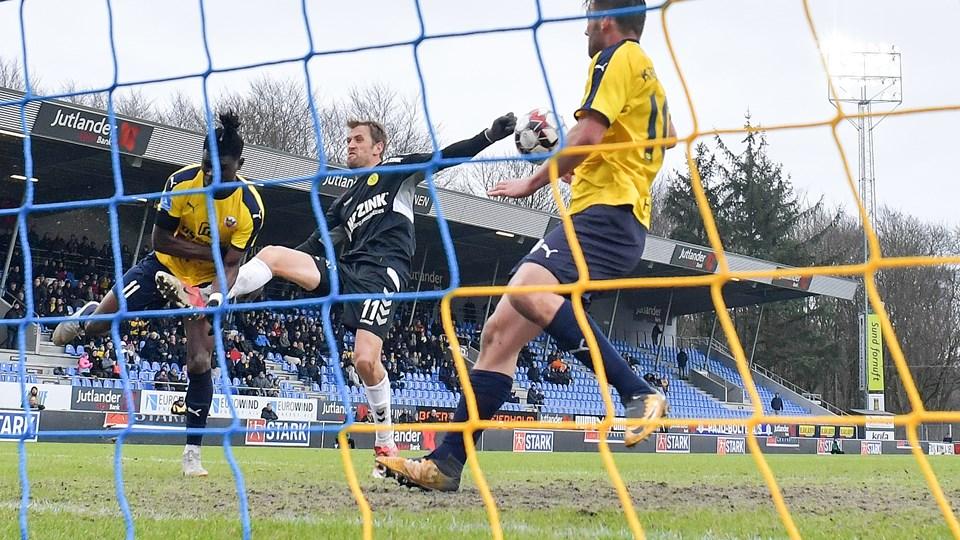 Kampens nøglesituation. Sabbi (tv.)  har headet på mål, men på stregen står Kirkevold (th.) i vejen. Foto: Claus Søndberg