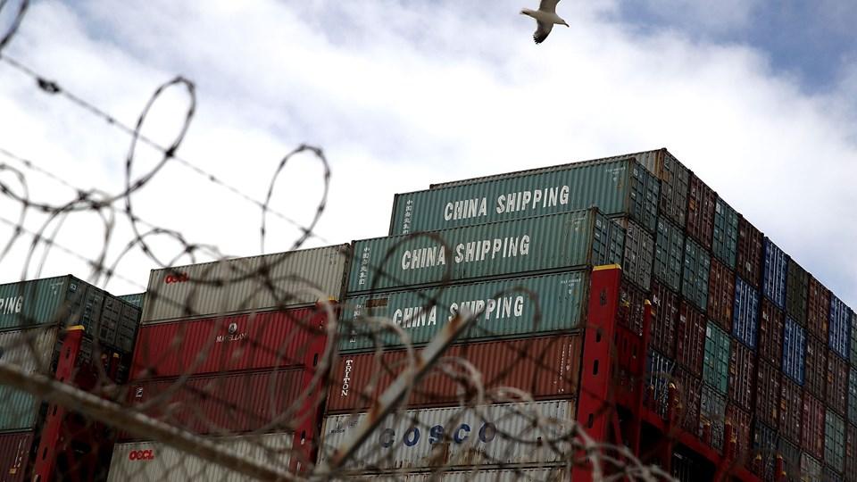 USA importerede i 2017 kinesiske varer for over 500 milliarder dollar. Præsident Donald Trump har indført told på varer til en værdi af 34 milliarder dollar og overvejer angiveligt at lægge told på endnu flere kinesiske produkter. Foto viser kinesiske containere på havnen i Oakland i Californien. Foto: Justin Sullivan/arkiv/Ritzau Scanpix