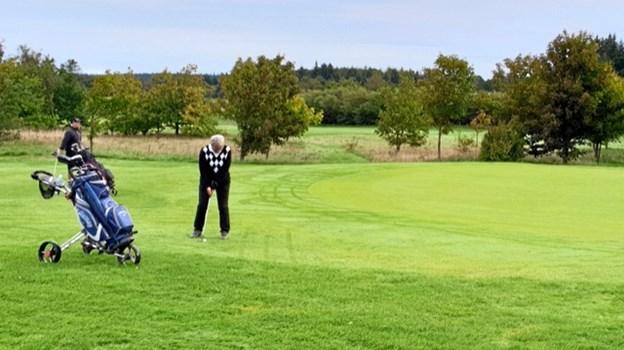 Aase Overgaard laver indspil på hul 14, mens Freddy Larsen ser til i baggrunden.Privatfoto