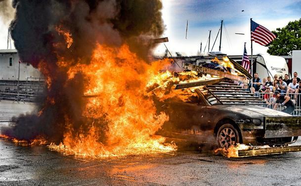 Monster Truck smadrer atter biler i Thy