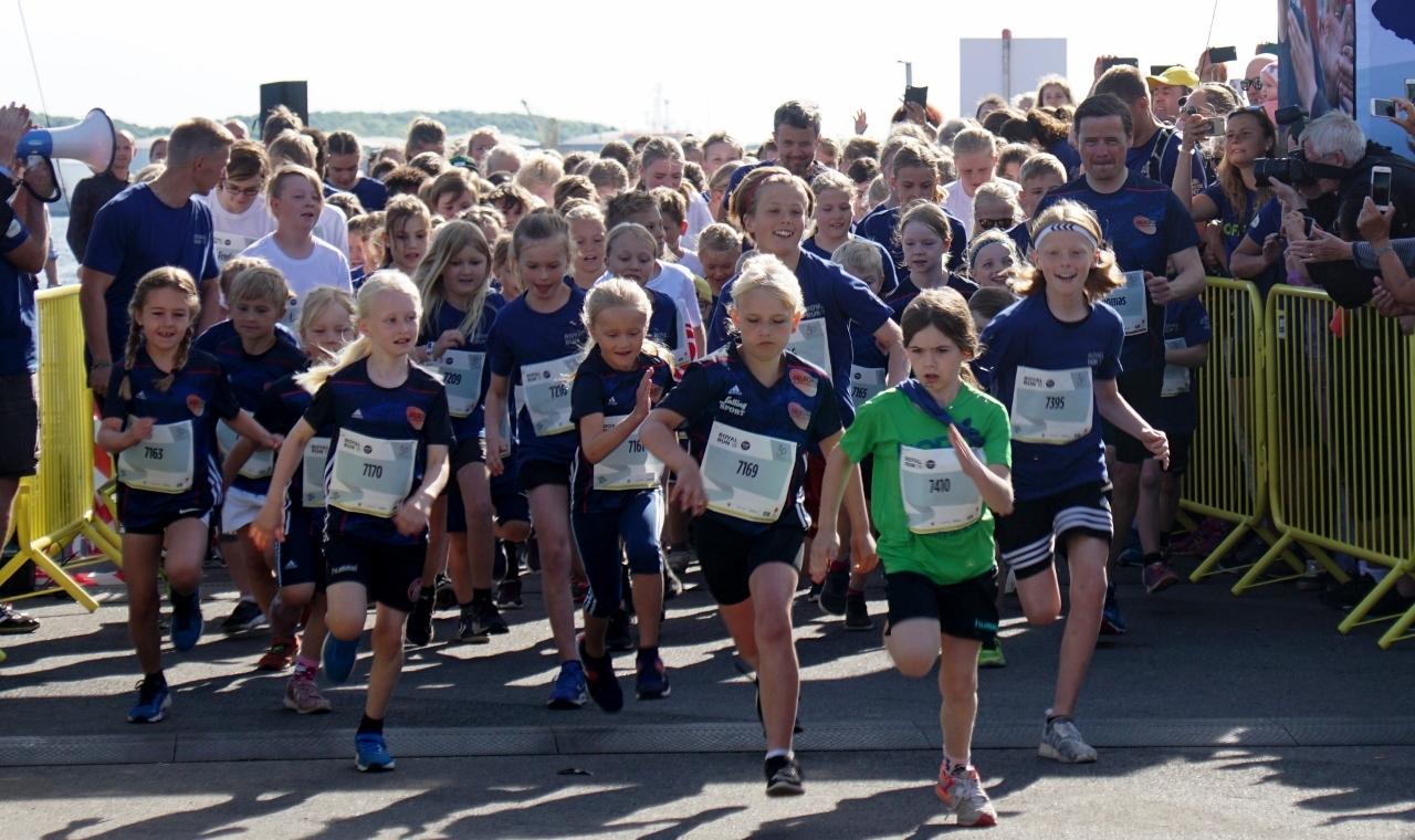 Kronprinsen startede selv forrest i feltet sammen med borgmester Thomas Kastrup-Larsen og alle løbets yngste deltagere. PR Foto