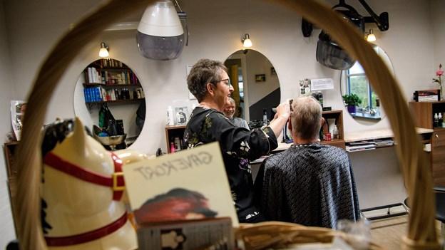 Birte fra Sjørring har klippet, permanentet og farvet hår i 40 år: - Jeg har aldrig fortrudt mit valg