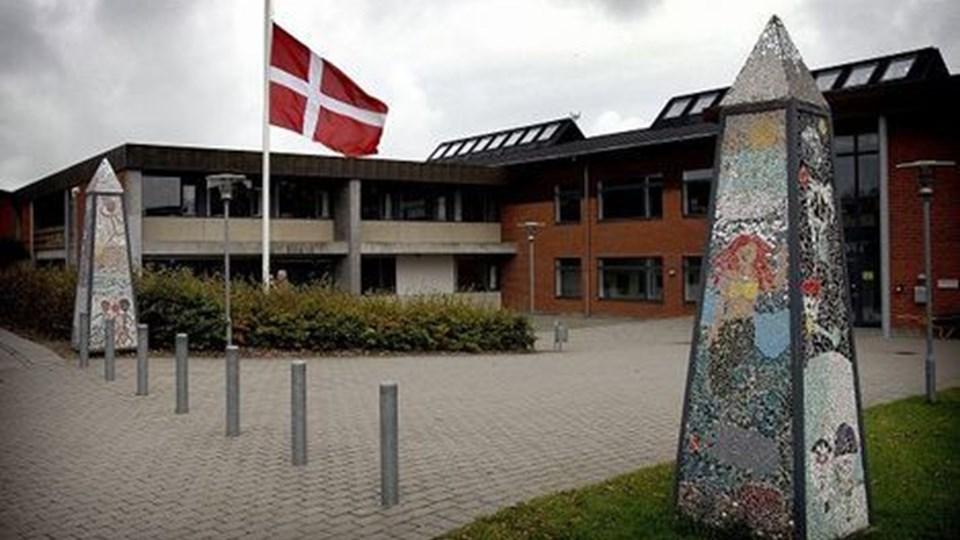 Flaget gik fredag på halv ved Hurup Skole fredag . Foto: Peter Mørk