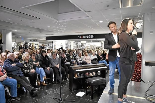130 deltagere havde et par festlige timer i J. P. Jacobsen Shoppingcentret til elev Simon Lindgaard Johansens skønhedsshow Foto: Ole Iversen Ole Iversen