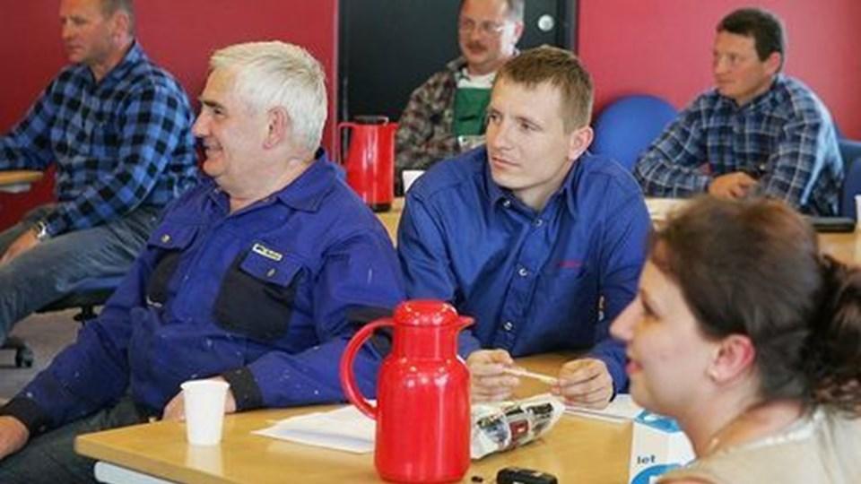Klar til job i Danmark. Næsten. En gruppe polske metalarbejdere - med tolk - blev i går testet for deres faglige færdigheder på Teknisk Skole i Aalborg. Foto: Bent Bach