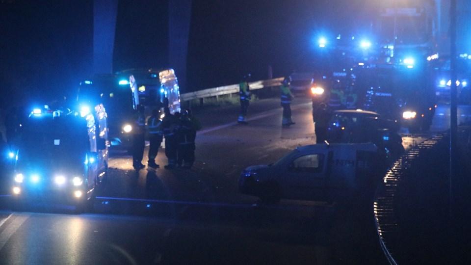 En 26-årig mand mistede lørdag livet, da han ville hjælpe i forbindelse med et trafikuheld i motorvejskrydset ved Avedøre. Manden blev ramt af en bil, da der skete et nyt uheld samme sted. Foto: Mathias Øgendal/Ritzau Scanpix