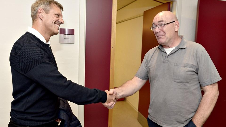 Per Chr. Kjeldsen har sagt ?goddag til en ny medarbejder, Gert Houmark. ?Foto: Henrik Louis