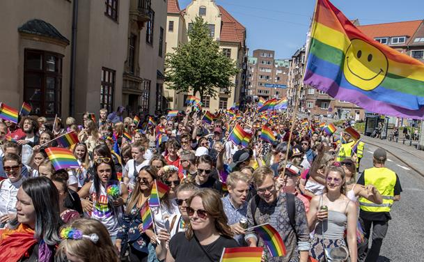 Regnbueflag, glimmer og fest: Aalborg Pride er i fuld gang