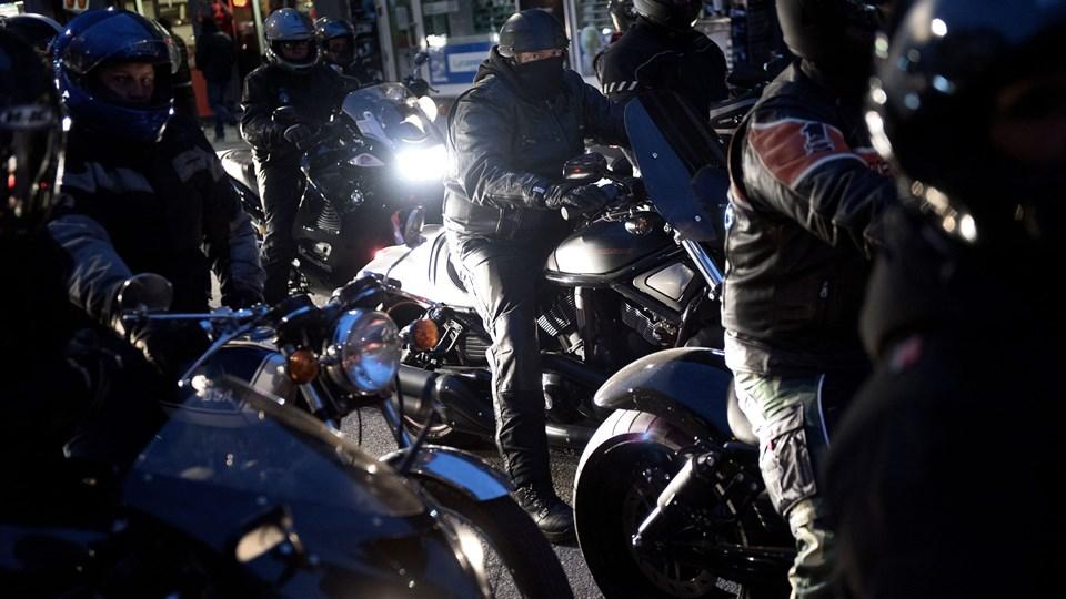 Motorcyklister landet over kan godt begynde at kigge sig om efter en godkendt styrthjelm. Regeringen vil i et nyt udspil fratage muligheden for at køre uden styrthjelm. (arkivfoto)
