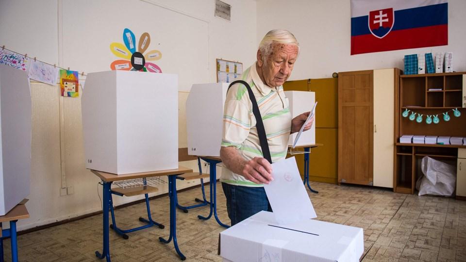 En slovakisk vælger afgiver her sin stemme ved lørdagens europaparlamentsvalg. Ved valget i 2014 var det kun 13 procent af de stemmeberettigede slovakker, der stemte.