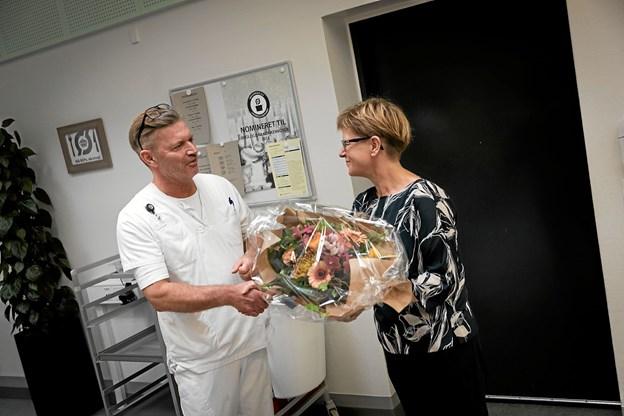 Henrik Jensen fik anerkendelse og blomster af regionsformand Ulla Astman, der var taget til Thisted for at møde ham. Foto: Lars Dahl