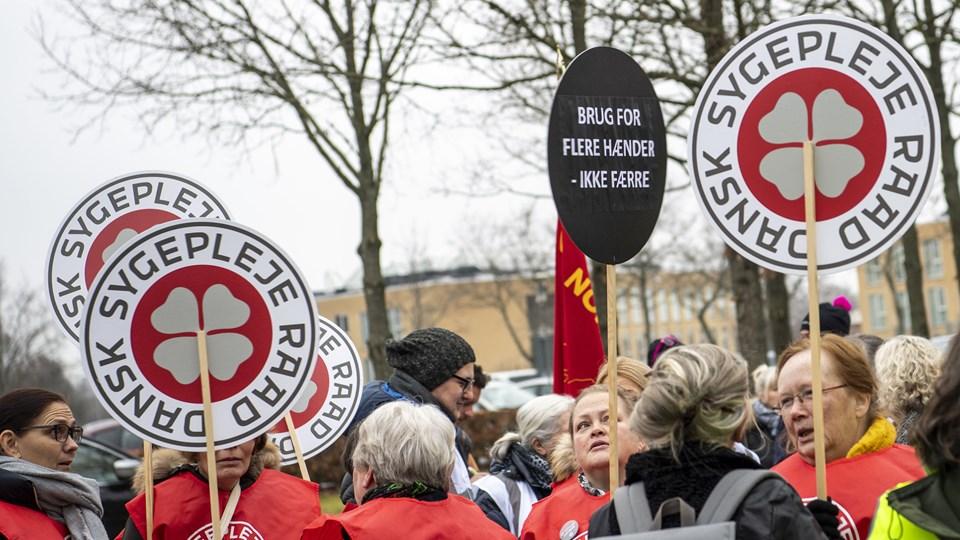 Nok er nok, lød det i december, da flere faglige foreninger var mødt op ved regionshuset i Aalborg for at vise deres utilfredshed med besparelserne. Foto: Andreas Falck