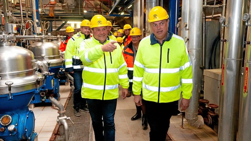 Fiskeriminister Mogens Jensen (S), th., blev guided rundt på FF Hanstholm A/S af adm. direktør Johannes Palsson, tv., som orienterede om fabrikken produktion af fiskemel og olie. Forinden havde ministeren været et par timer til søs for at se på trawlfiskeri.