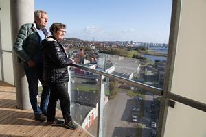 Ægtepar havde aldrig drømt om at bo i Nørresundby: Nu har de købt lejlighed på 12. etage på solsiden - kom med op og se hvorfor
