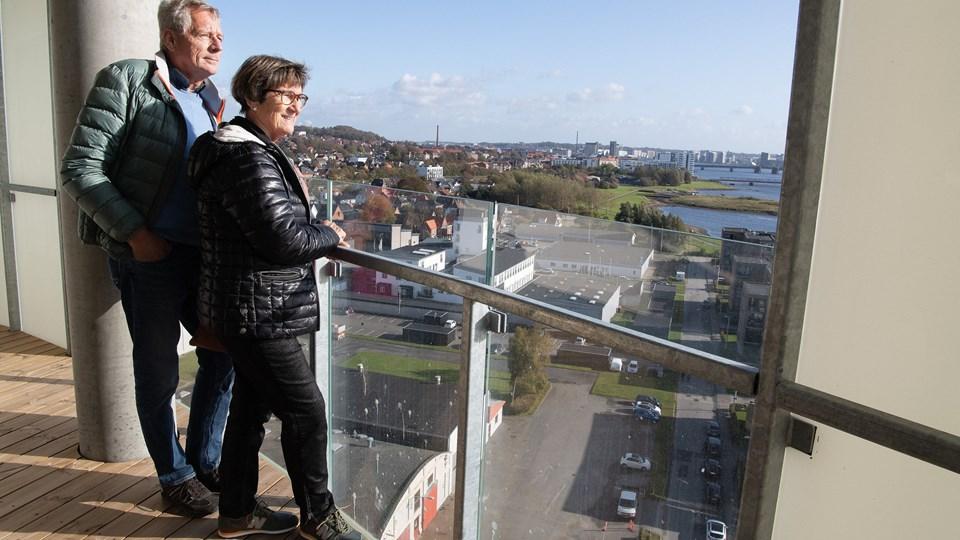 Kulturbroen med hurtig adgang til Aalborg spillede en stor rolle, da Bruno og Vibeke Madsen købte lejlighed på 12. etage i Horisonten. Kom med på rundvisning i videoklip.  Foto: Bente Poder