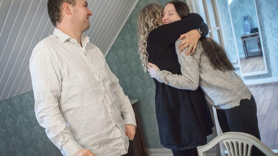 Patrick og Mai Pedersen - sidstnævnte giver knus til Rikke Karlsson - har sammen med deres otte søskende fået en fuldstændig beklagelse fra Rebild Kommune og får også hver 450.000 kroner i erstatning for de kommunale svigt. Foto: Martin Damgaard