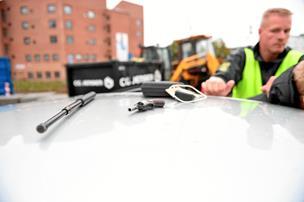 Sidegevinst ved razzia: Mænd anholdt med revolver i bil