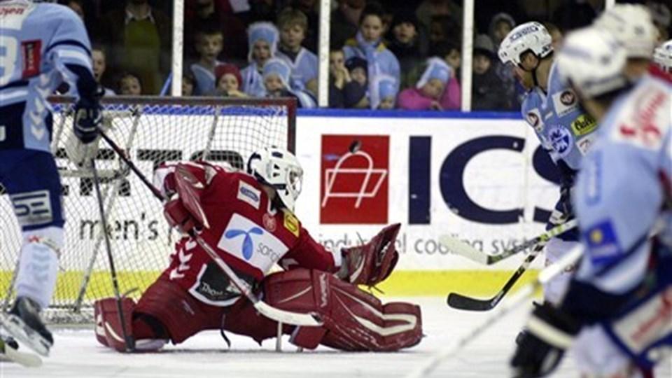 Ishockey, semifinale, 2. kamp. SønderjyskE-AaB. SønderjyskEs David Ceman (th) scorer til 1-0 hos Kristian Vestergaard i AaB-målet. (Foto: Palle Hedemann). (Foto: Palle Hedemann/Scanpix 2007)