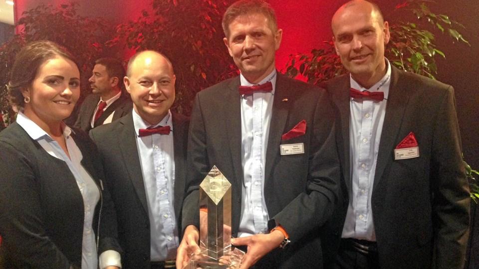 Vilsund Blue's sælgerhold på Seafood Expo Global var stolte over at vinde Seafood Prix d'Elite Award for bedste nye produkt. Fra venstre er det Jette Timm, Jesper Toft, Søren Mattesen med trofæet, og Uffe Appelton Petersen. Privatfoto