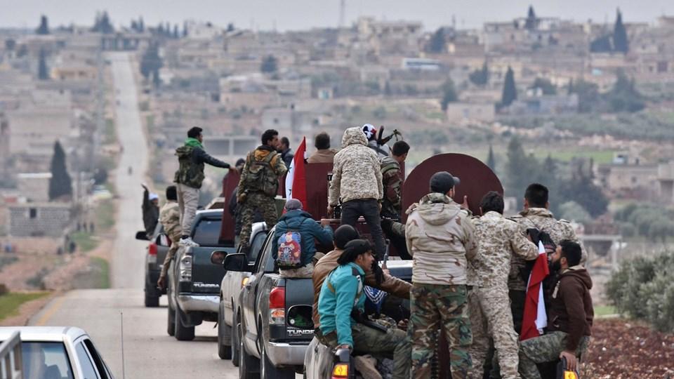 Konvoj med prosyriske krigere ankom tirsdag til Afrin i det nordlige Syrien, hvor de blev drevet tilbage af artilleri. En talsmand for Tyrkiets præsident, Recep Tayyip Erdogan, siger, at prosyriske regeringsstyrker har trukket sig tilbage til et område øst for Aleppo. Han advarer om, at forsøg på at rykke ind i Afrin vil have alvorlige følger. Foto: Scanpix/George Ourfalian