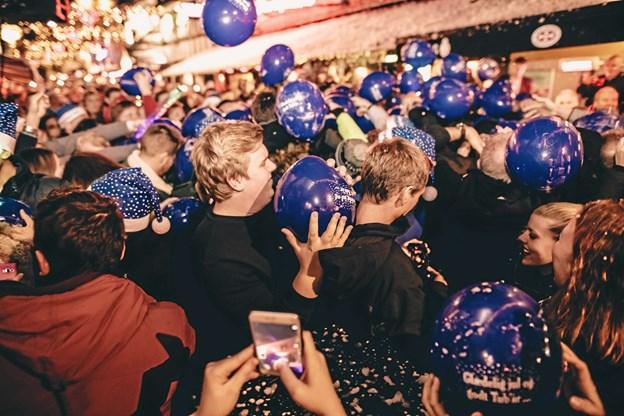 Klokken 20.59 vil det vælte ned med sne, konfetti og balloner fra scenen, der hejses op over Gaden. PR Foto