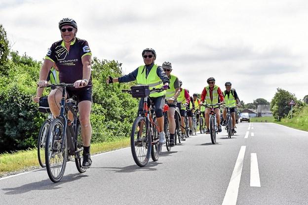 Mandagscyklisterne fulgtes ad og fyldte godt på vejene - her ved Morup Mølle. Men bilisterne var tålmodige når den store flok skulle passeres. Foto: Ole Iversen