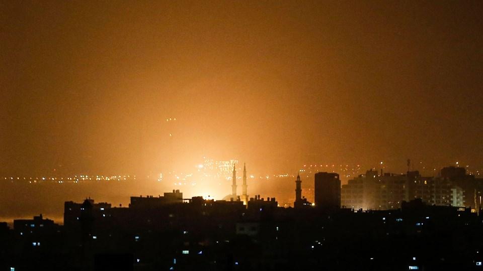 Det israelske luftangreb lyste himlen kraftigt op over bygningerne i Gaza City natten til fredag. Det israelske militær bomber som svar på affyringen af raketter fra Gazastriben mod Tel Aviv-området.