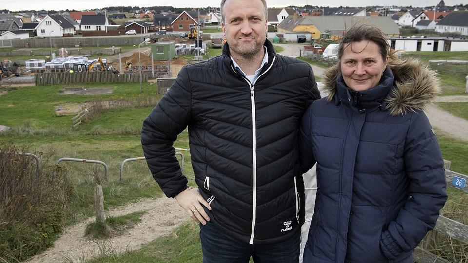 Flemming Yde Larsen og Chatrine Brusgaard har endelig fået grønt lys til at opføre ny servicebygning på Strandgaardens Camping, der ligger ud til hovedgaden i Nr. Vorupør - og samtidig midt i et fredet klitområde.