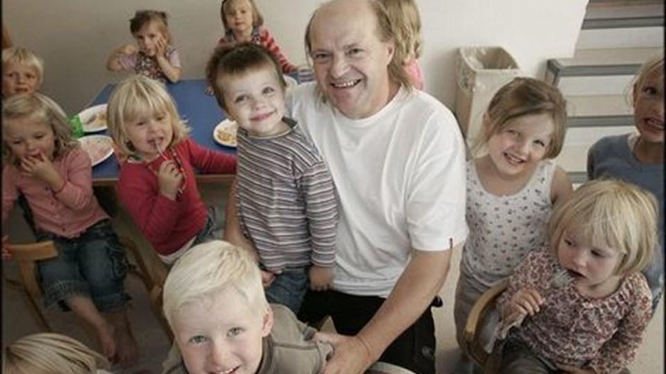 Per Jensen kan i dag fejre både sit eget og Børnehaven Vaarsts 20 års jubilæum. Det gør han og børnene med en cirkusforestilling for forældrene. Opbakningen til børnehaven i Vaarst er anderledes end inde i byen, siger Per Jensen. Forældrene sætter pris på det liv en børnehave i byen skaber. foto: michael bygballe