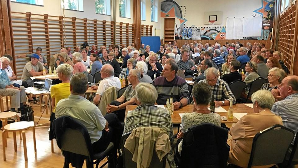 Flere end 120 interesserede borgere mødte op til mødet i Ørding i aftes, hvor planerne for ?købmandsbutikkens fremtid blev præsenteret. Privatfoto