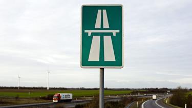 Solouheld på motorvej: Bil kastet ind i autoværn
