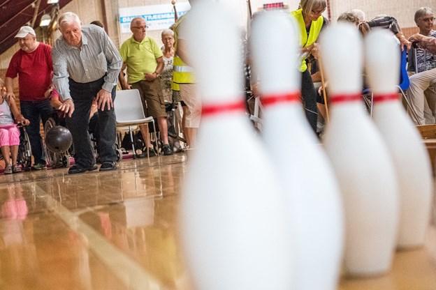 Henry Pedersen havde succes med at vælte kegler i bowling.