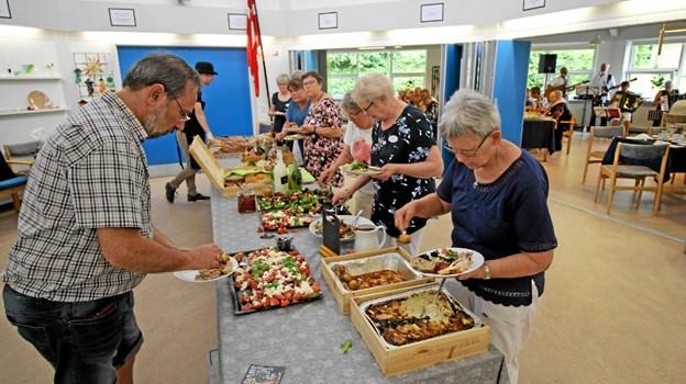 """Arrangementet bød naturligvis også på dejlig mad, ligesom der var underholdning ved """"Hansen Trioen"""". Foto: Jørgen Ingvardsen Jørgen Ingvardsen"""
