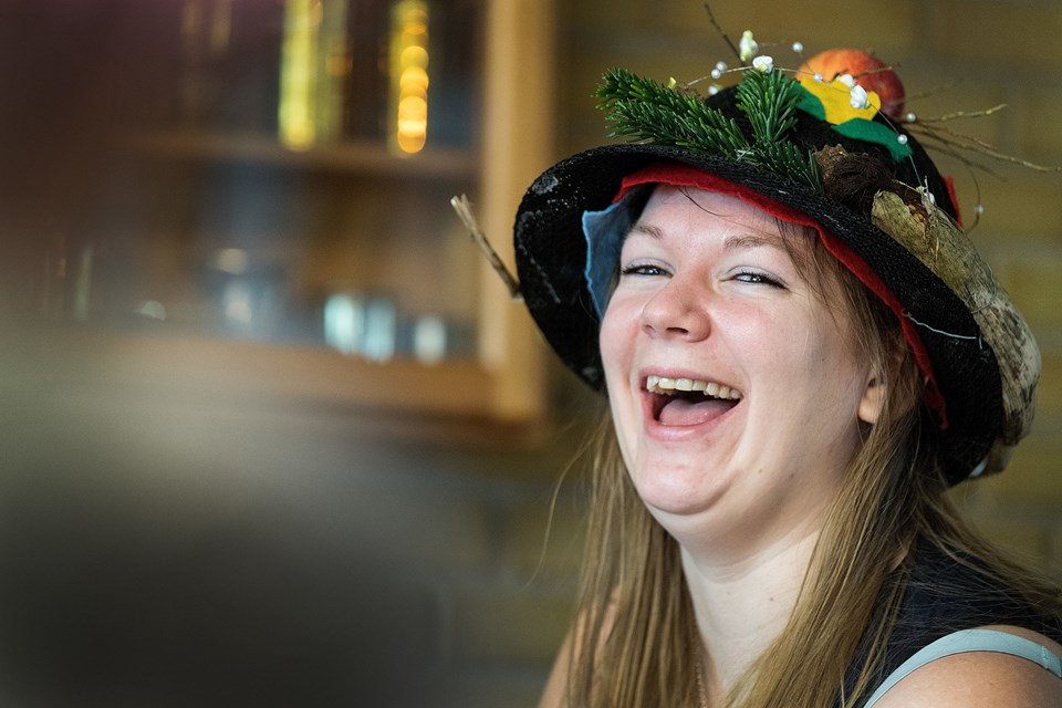 """Anni Ravnsbæk var med for første gang, og blev klar vinder med hatten """"Alt godt fra Hallund""""."""