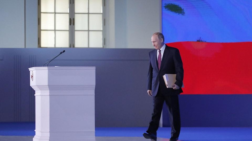 Ruslands præsident, Vladimir Putin, på vej hen til talerstolen, hvor han torsdag holdt sin årlige tale til nationen. I talen, der tillægges særlig stor betydning, fordi den holdes kort tid før det russiske præsidentvalg den 18. marts, lægger Putin stor vægt på økonomisk udvikling, men også på trusler mod Ruslands sikkerhed og stabilitet. Foto: Reuters/Maxim Shemetov