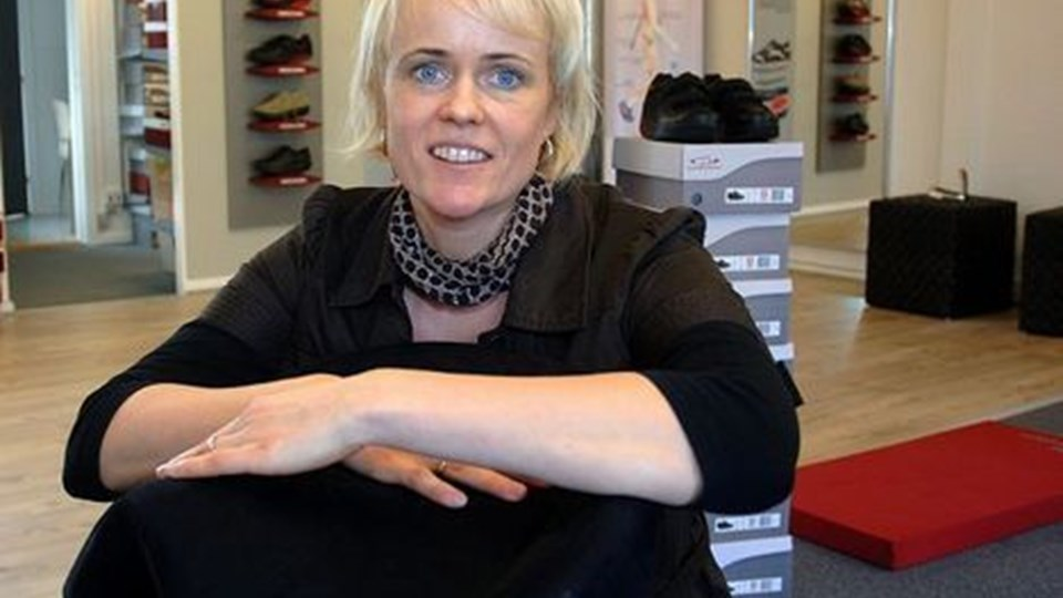 Lone Goul er klar til at sælge sko og stole, der fremmer sundheden. Foto: Ole Iversen